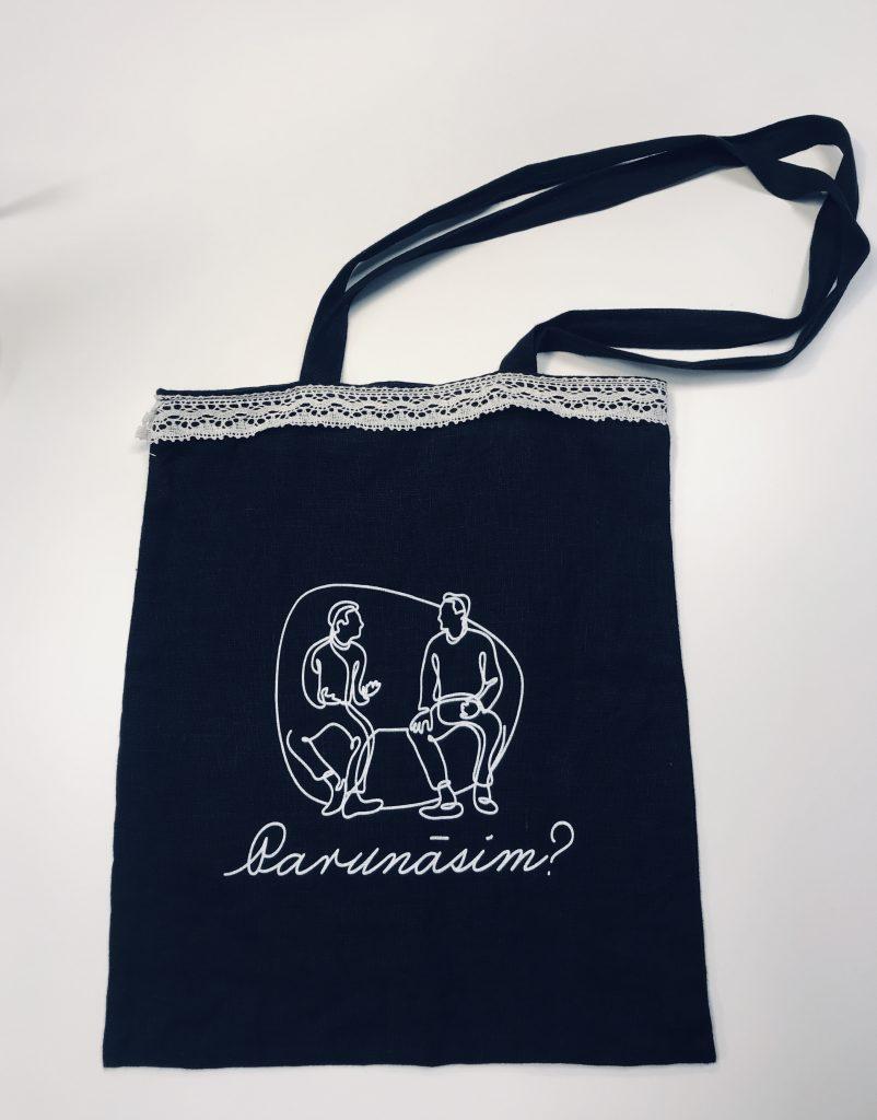 Melns auduma maiss ar baltu mežģīņu apmali