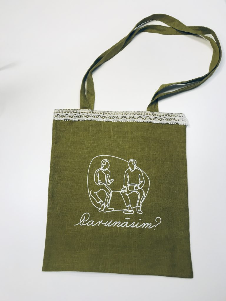 Zaļš auduma maiss ar baltu mežģīņu apmali
